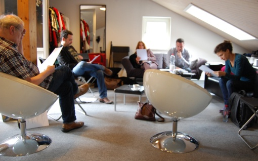 Die Schauspieler von «Tatort Jungfrau» bei den Proben in einem Dachstudio im Zürcher Kreis 3. (Bild: Peter Walt)